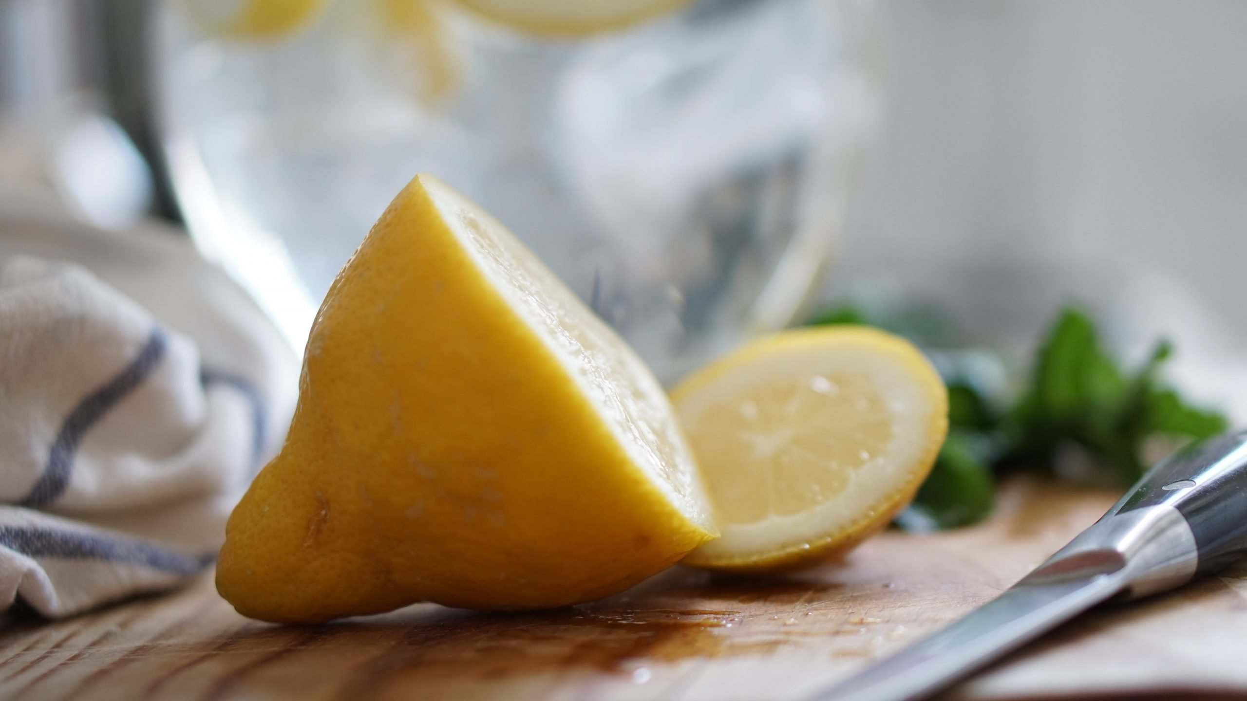 8 Simple Lemon and Vinegar Cleaning Hacks that Will Save You Money
